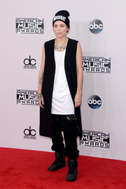 Skylar Grey went the hip-hop route with this long black vest, white tank top, and baggy pants combo at the American Music Awards.