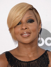Mary J. Blige kept it simple yet hip with this short side-parted straight cut at the American Music Awards.
