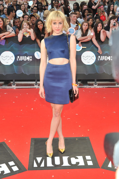Jena Malone styled her outfit with chic gold pumps.