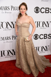 Jessie Mueller complemented her gown with a beaded, floral-embroidered clutch by Marchesa.
