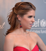 Anna Kendrick complemented her hairstyle with a pair of modern-glam dangling earrings.
