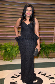 Mindy Kaling complemented her dress with a black tube clutch.