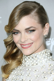 Jaime King highlighted her peepers with a heavy application of neutral-toned eyeshadow.