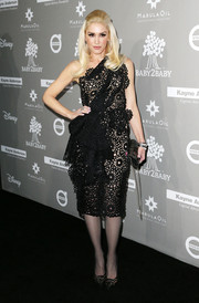 Gwen Stefani looked dowright fab in a laser-cut black one-shoulder dress by Marchesa at the Baby2Baby Gala.