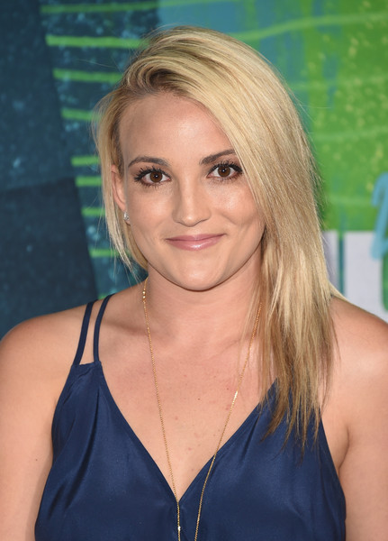 Jamie Lynn Spears attended the CMT Music Awards wearing a trendy layered cut.
