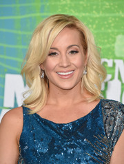 Kellie Pickler styled her blonde locks with feathery waves for the CMT Music Awards.