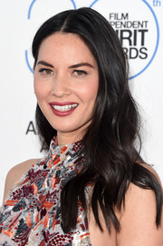 Olivia Munn attended the Film Independent Spirit Awards wearing a beachy wavy hairstyle.
