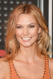 Karlie Kloss attended the MTV VMAs wearing a messy-chic center-parted 'do.