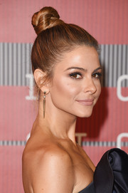 Maria Menounous slicked her hair up into a top knot for the MTV VMAs.