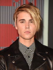 Justin Bieber attended the 2015 MTV VMAs rocking a messy cut.