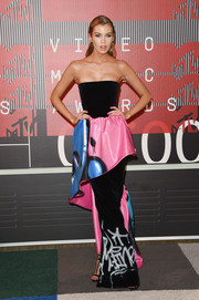 Stella Maxwell made an appearance at the MTV VMAs wearing a Moschino strapless gown with graffiti-print peplum detailing.