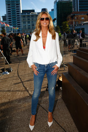 Heidi Klum completed her casual-smart look with slightly distressed skinny jeans by Mother.