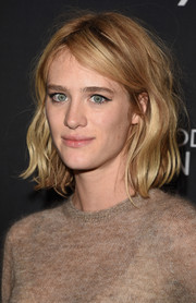 Mackenzie Davis sported a casual yet cute wavy 'do at the 2015 TIFF InStyle and HFPA party.