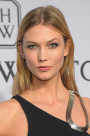 Karlie Kloss kept it low-key with this casual center-parted 'do at the amfAR New York Gala.