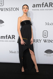 Blanca Padilla rounded out her all-black look with a simple leather clutch.