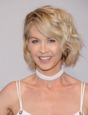 Jenna Elfman styled her signature short blonde locks into a curled-out bob for the 2016 ABC Upfront.