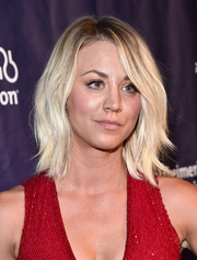 Kaley Cuoco sported beach-chic platinum-blonde waves at the Alzheimer Association's A Night at Sardi's event.