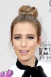 Renee Bargh attended the 2016 AMAs wearing her hair in a loose top knot.