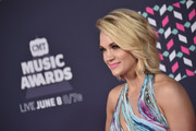 Carrie Underwood looked stylish with her textured waves at the 2016 CMT Music Awards.