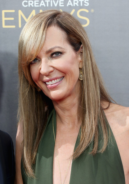 Allison Janney wore her hair loose and straight with side-swept bangs at the 2016 Creative Arts Emmy Awards.