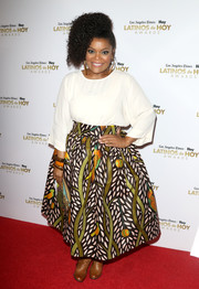 Yvette Nicole Brown attended the 2016 Latinos de Hoy Awards wearing a simple loose blouse.