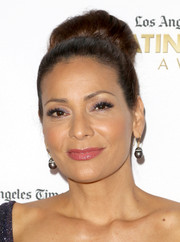 Constance Marie swept her hair back into a voluminous bun for the 2016 Latinos de Hoy Awards.