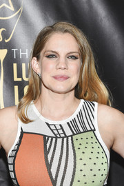 Anna Chlumsky attended the 2016 Lucille Lortel Awards sporting a casual wavy hairstyle.