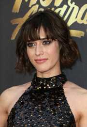 Lizzy Caplan was a cutie at the MTV Movie Awards wearing this short wavy cut with wispy bangs.