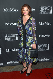 Ruth Wilson rounded out her ensemble with an elegant black leather purse.