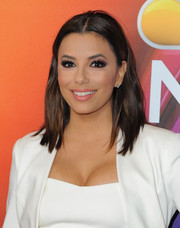 Eva Longoria sweetened up her beauty look with pink eyeshadow.