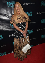 Faith Evans topped off her look with a chic white chain-strap bag by Chanel.