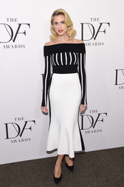 Allison Williams donned a black-and-white off-the-shoulder sweater by Diane von Furstenberg for the 2017 DVF Awards.