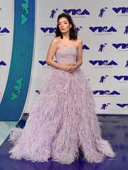 Lorde got glam in a strapless lavender Monique Lhuillier ball gown with a feather-festooned skirt for the 2017 MTV VMAs.