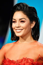 Vanessa Hudgens attended the 2017 MTV VMAs wearing a pair of gold dangle earrings.