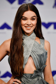 Hailee Steinfeld wore a chic diamond ring at the 2017 MTV VMAs.