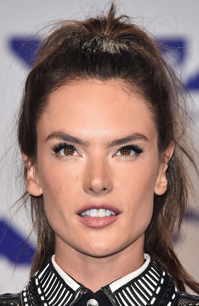 Alessandra Ambrosio sported an edgy ponytail at the 2017 MTV VMAs.