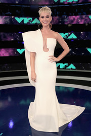 Katy Perry went for ultra-modern glamour with this structured white one-shoulder gown by Stephane Rolland Couture at the 2017 MTV VMAs.