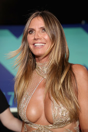 Heidi Klum wore her hair down in a straight layered cut at the 2017 MTV VMAs.