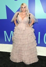 Kesha looked angelic in an ashy pink ruffle gown by Monsoori at the 2017 MTV VMAs.
