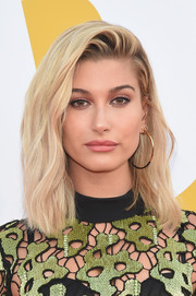 Hailey Baldwin styled her hair with subtle waves and a teased top for the 2017 NBA Awards.