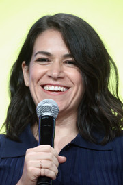 Abbi Jacobson wore her hair in a shoulder-length wavy style at the 2017 Summer TCA Tour.