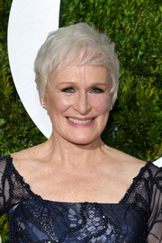 Glenn Close sported a stylish pixie at the 2017 Tony Awards.
