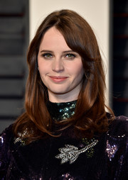 Felicity Jones wore her hair with flippy ends and side-swept bangs at the Vanity Fair Oscar party.