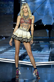 Devon Windsor looked flirty in a super-short skirt at the 2017 Victoria's Secret fashion show.