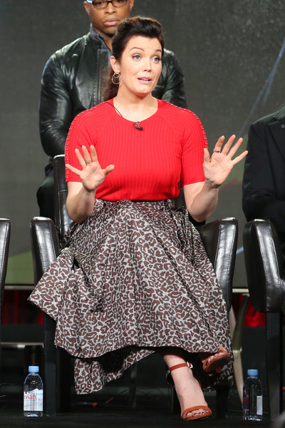 Bellamy Young was casual and cute in a short-sleeve red knit top that she paired with jewelry by Randall Scott and Sylva & Cie at the 2017 Winter TCA Tour.