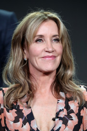 Felicity Huffman sported beachy waves with parted bangs at the 2017 Winter TCA Tour.