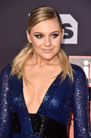 Kelsea Ballerini attended the 2017 iHeartRadio Music Awards wearing her hair in an edgy side-parted ponytail.