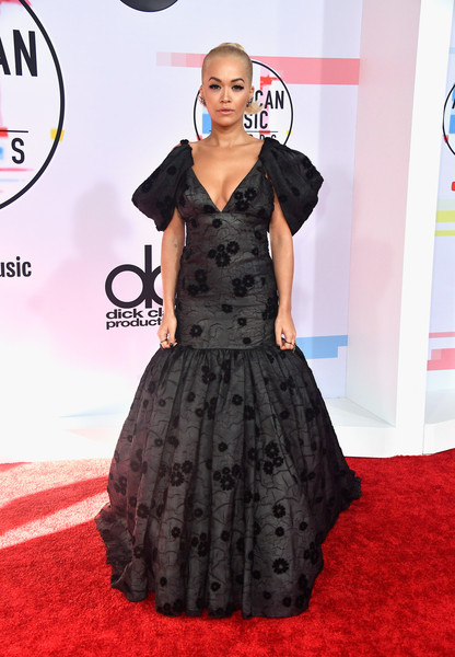 Rita Ora looked princess-y in a charcoal mermaid gown by Giambattista Valli Couture at the 2018 American Music Awards.