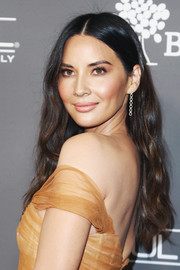 Olivia Munn sported her signature long center-parted waves at the 2018 Baby2Baby Gala.
