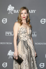 Leslie Mann attended the 2018 Baby2Baby Gala carrying a lucite box clutch by Lala Lexa.
